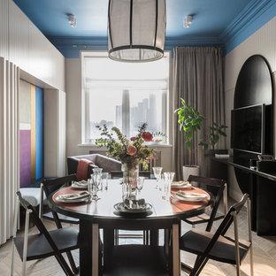 Неиссякаемый источник вдохновения для домашнего уюта: столовая в стиле современная классика с белыми стенами, светлым паркетным полом и бежевым полом