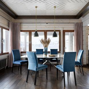 На фото: столовая в стиле рустика с темным паркетным полом и коричневым полом без камина с