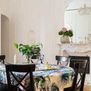 Идея дизайна: столовая среднего размера в морском стиле с белыми стенами, стандартным камином, фасадом камина из камня, светлым паркетным полом и бежевым полом