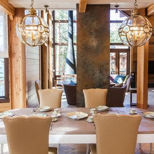 Свежая идея для дизайна: гостиная-столовая среднего размера в стиле фьюжн с коричневыми стенами и полом из травертина - отличное фото интерьера