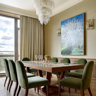 Идея дизайна: столовая в стиле современная классика с бежевыми стенами, паркетным полом среднего тона и коричневым полом