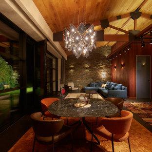 Ejemplo de comedor contemporáneo, de tamaño medio, con paredes marrones y suelo de baldosas de porcelana
