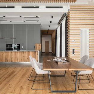 Неиссякаемый источник вдохновения для домашнего уюта: гостиная-столовая в стиле рустика с белыми стенами и светлым паркетным полом без камина