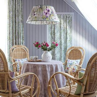 Immagine di una sala da pranzo shabby-chic style con pavimento in legno verniciato e pareti viola