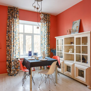 Новые идеи обустройства дома: гостиная-столовая в стиле фьюжн с красными стенами, светлым паркетным полом и бежевым полом