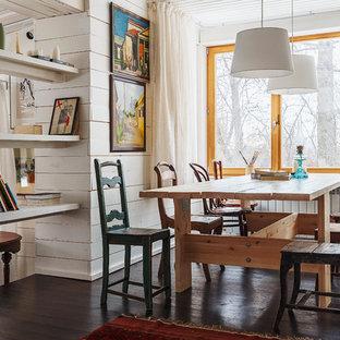 Неиссякаемый источник вдохновения для домашнего уюта: столовая в стиле фьюжн с белыми стенами и темным паркетным полом