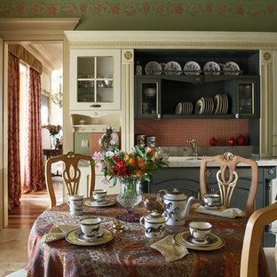 Неиссякаемый источник вдохновения для домашнего уюта: столовая в классическом стиле с бежевым полом и зелеными стенами