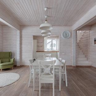 Shabby-Look Esszimmer mit rosa Wandfarbe, braunem Holzboden und braunem Boden in Moskau
