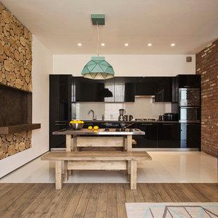 Пример оригинального дизайна: кухня-столовая в стиле лофт с белыми стенами, стандартным камином, фасадом камина из дерева и белым полом