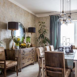 Неиссякаемый источник вдохновения для домашнего уюта: столовая в стиле фьюжн с бежевыми стенами и серым полом