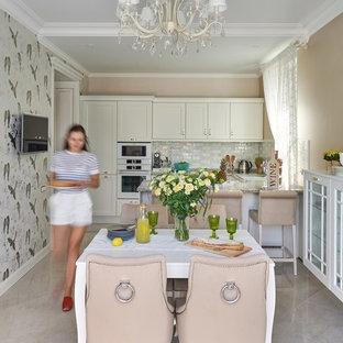 Пример оригинального дизайна: кухня-столовая в классическом стиле с разноцветными стенами и серым полом без камина