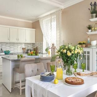 Идея дизайна: кухня-столовая в классическом стиле с бежевыми стенами и серым полом