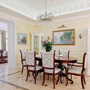 Пример оригинального дизайна интерьера: гостиная-столовая в классическом стиле с бежевыми стенами, полом из керамогранита и бежевым полом