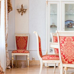 Пример оригинального дизайна интерьера: столовая в классическом стиле с светлым паркетным полом и белыми стенами