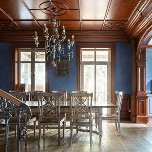 Стильный дизайн: столовая в викторианском стиле с синими стенами и бежевым полом - последний тренд