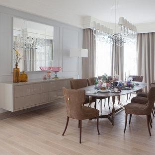 Идея дизайна: отдельная столовая в современном стиле с серыми стенами, светлым паркетным полом и бежевым полом