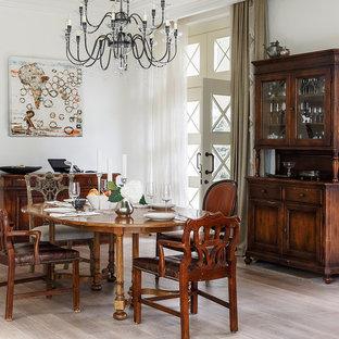 На фото: столовая в стиле современная классика с белыми стенами, светлым паркетным полом и бежевым полом