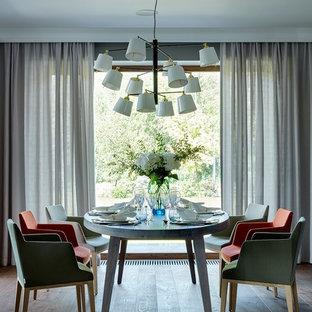 Свежая идея для дизайна: гостиная-столовая в современном стиле с темным паркетным полом - отличное фото интерьера