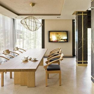 Пример оригинального дизайна интерьера: гостиная-столовая в современном стиле с бежевыми стенами и бежевым полом