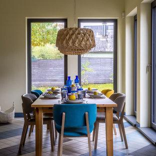 Свежая идея для дизайна: столовая среднего размера в скандинавском стиле с желтыми стенами и разноцветным полом - отличное фото интерьера