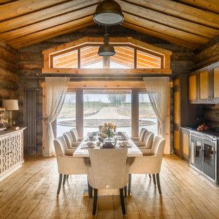 На фото: кухня-столовая в стиле рустика с коричневыми стенами, светлым паркетным полом и бежевым полом с