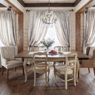 Неиссякаемый источник вдохновения для домашнего уюта: гостиная-столовая среднего размера в классическом стиле с бежевыми стенами, паркетным полом среднего тона и коричневым полом