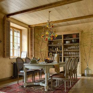 Новые идеи обустройства дома: столовая в средиземноморском стиле с бежевыми стенами и паркетным полом среднего тона без камина