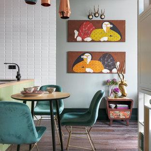 モスクワのエクレクティックスタイルのおしゃれなLDK (グレーの壁、濃色無垢フローリング、茶色い床) の写真