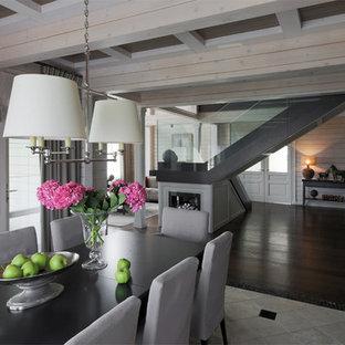 Idee per una grande sala da pranzo aperta verso il soggiorno tradizionale con pareti beige, pavimento con piastrelle in ceramica, cornice del camino in legno, pavimento beige e camino bifacciale