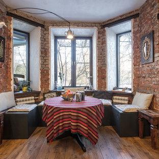 Пример оригинального дизайна: столовая в стиле фьюжн с темным паркетным полом и коричневым полом