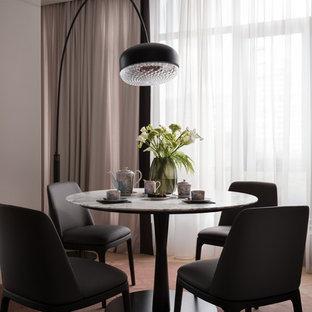 Стильный дизайн: столовая в современном стиле с фиолетовыми стенами, ковровым покрытием и розовым полом - последний тренд