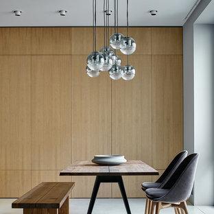 Создайте стильный интерьер: большая гостиная-столовая в современном стиле с бетонным полом, серым полом и белыми стенами - последний тренд