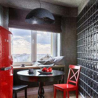 На фото: маленькая столовая в современном стиле с серыми стенами, светлым паркетным полом и бежевым полом с