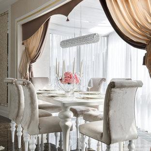 Идея дизайна: столовая в стиле современная классика с бежевыми стенами и коричневым полом