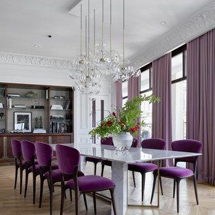 На фото: большая гостиная-столовая в современном стиле с белыми стенами, светлым паркетным полом и коричневым полом с