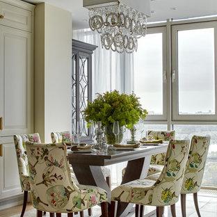 Ispirazione per una grande sala da pranzo aperta verso la cucina chic con pavimento in gres porcellanato, pavimento beige e pareti beige