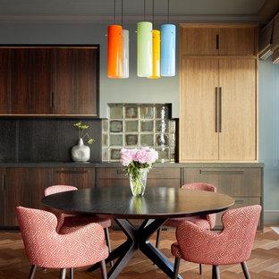 Неиссякаемый источник вдохновения для домашнего уюта: кухня-столовая в стиле ретро с коричневым полом и паркетным полом среднего тона