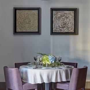 Стильный дизайн: столовая в стиле современная классика с бежевыми стенами, темным паркетным полом и коричневым полом - последний тренд