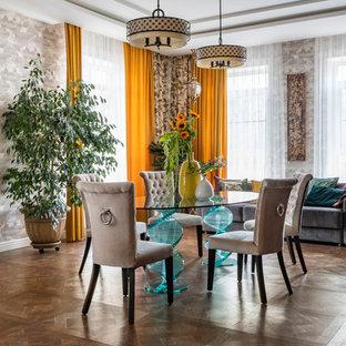 Стильный дизайн: столовая в стиле фьюжн с серыми стенами, темным паркетным полом и коричневым полом - последний тренд