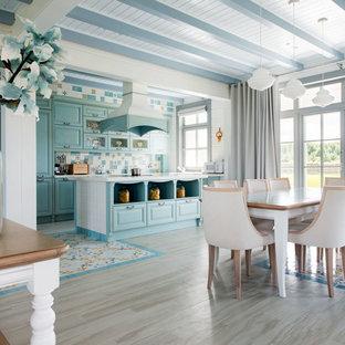Новые идеи обустройства дома: гостиная-столовая в средиземноморском стиле с белыми стенами и разноцветным полом