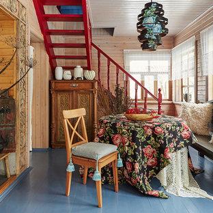 Идея дизайна: отдельная столовая в стиле кантри с бежевыми стенами, деревянным полом и синим полом