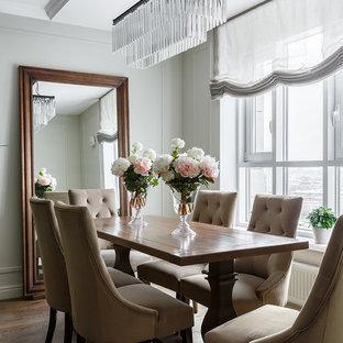 Неиссякаемый источник вдохновения для домашнего уюта: гостиная-столовая в классическом стиле с серыми стенами, паркетным полом среднего тона и коричневым полом