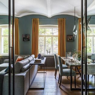 Пример оригинального дизайна: гостиная-столовая в стиле современная классика с синими стенами, паркетным полом среднего тона и коричневым полом