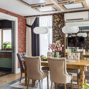 Стильный дизайн: столовая в стиле фьюжн с разноцветными стенами, светлым паркетным полом и бежевым полом - последний тренд
