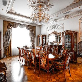 На фото: гостиные-столовые в викторианском стиле с белыми стенами, паркетным полом среднего тона и коричневым полом