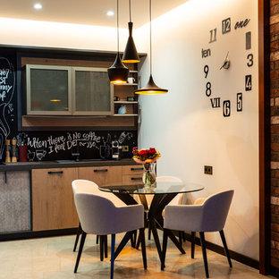 На фото: со средним бюджетом маленькие кухни-столовые в стиле лофт с белыми стенами и бежевым полом