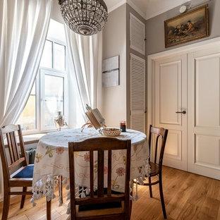 Ejemplo de comedor de estilo de casa de campo, pequeño, con paredes grises y suelo de madera pintada