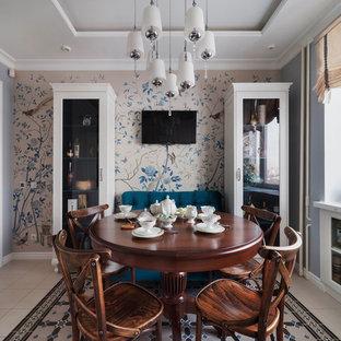 Неиссякаемый источник вдохновения для домашнего уюта: кухня-столовая в стиле современная классика с полом из керамогранита, синими стенами и бежевым полом