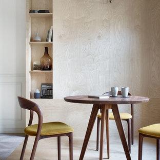 На фото: большая столовая в скандинавском стиле с белыми стенами, полом из фанеры и бежевым полом с