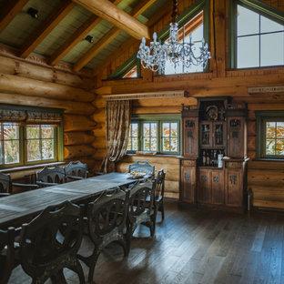 Свежая идея для дизайна: столовая в стиле рустика с коричневыми стенами, темным паркетным полом, коричневым полом, балками на потолке, сводчатым потолком и деревянным потолком - отличное фото интерьера